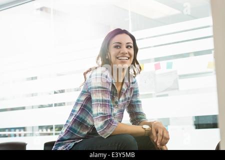 Retrato de seguros joven empresaria en Office