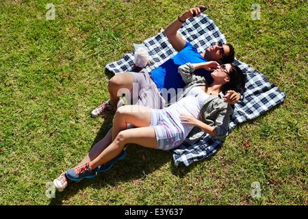 Vista aérea de la pareja tomando el autorretrato en manta para picnic