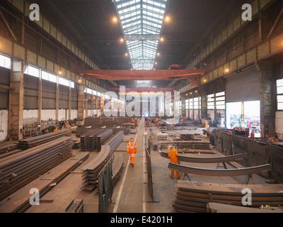Descripción general de los trabajadores de la fábrica de fabricación marina