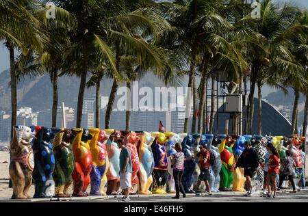 """Gente caminando a lo largo de algunas de las 145 Bear esculturas que forman la """"United Buddy Bears' exhibitionin en la playa de Copacabana en Río de Janeiro, Brasil, 03 de julio de 2014. La Copa Mundial de la FIFA, que se realizará en Brasil del 12 de junio al 13 de julio de 2014. Foto: Marcus Brandt/dpa"""