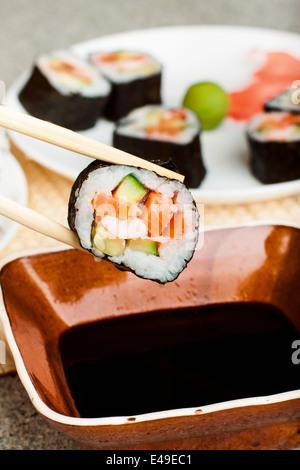 Rollo de sushi casero recién hecho contra un fondo