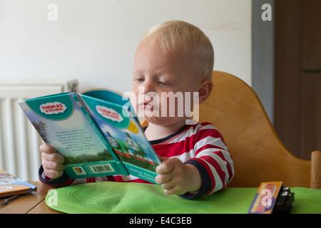 Un niño lee un libro