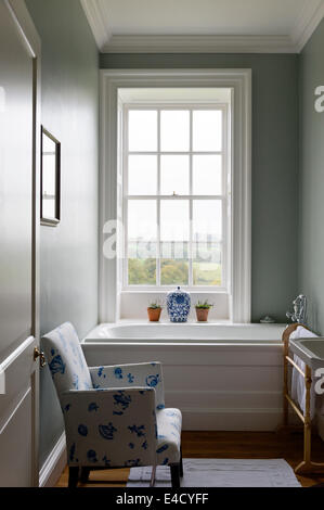 Un cuarto de baño moderno con paredes azules, baño con ...