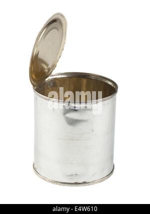 Abrió la lata de estaño sobre fondo blanco.