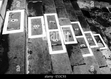 La rayuela juego infantil en blanco y negro