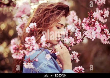 Retrato de una mujer joven con flores de cerezo