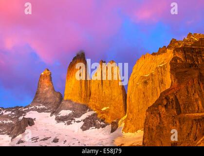 Hermoso amanecer en el Parque Nacional Torres del Paine, Patagonia, Chile Foto de stock