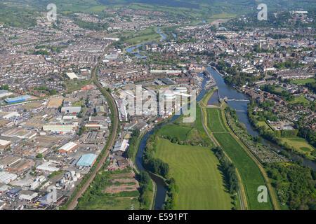 Una vista aérea hacia el norte a lo largo del río exe hacia el centro de la ciudad de Exeter en Devon, Reino Unido