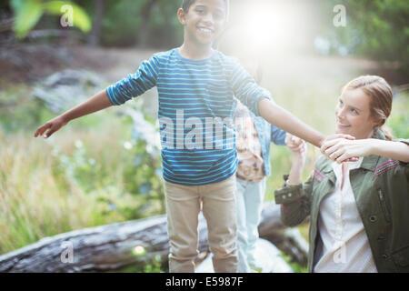 Maestro y alumno jugando en el bosque Foto de stock