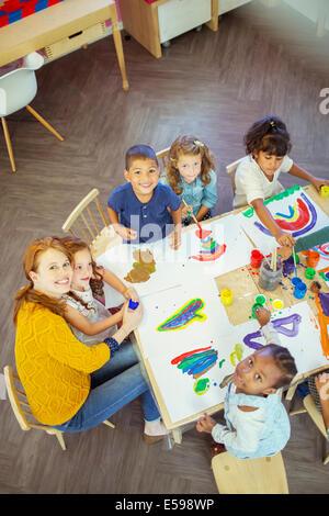 Los alumnos y el profesor en el aula de pintura Foto de stock