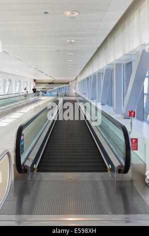 DUBAI, EMIRATOS ÁRABES UNIDOS - Octubre 31: Interior de la estación de metro de Dubai. Metro más largo del mundo, red de metro totalmente automatizado (75 km) en O