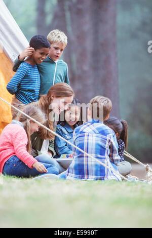 Los alumnos y el profesor lectura en camping