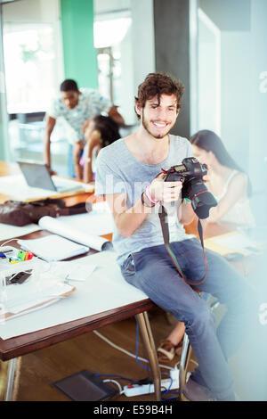 Hombre revisando fotos en la oficina