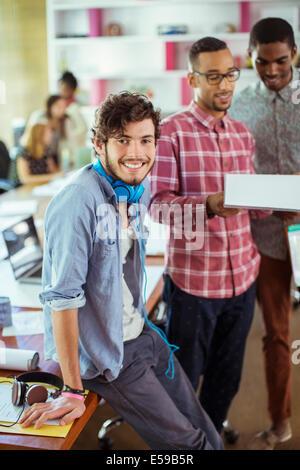 Personas sonriendo en la oficina