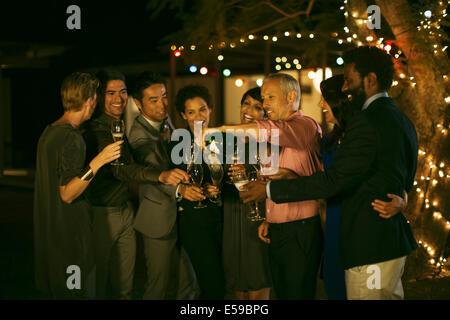 Amigos celebrando con champán en parte