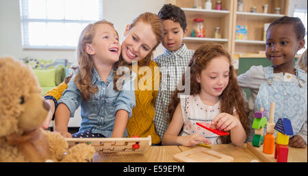 Los alumnos y el profesor en el aula jugando