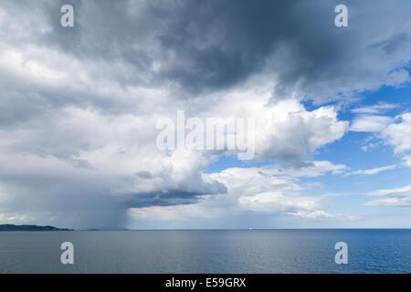 Las nubes de lluvia a lo largo de la costa oriental de Irlanda Visto desde Bray, Condado de Wicklow, Irlanda.