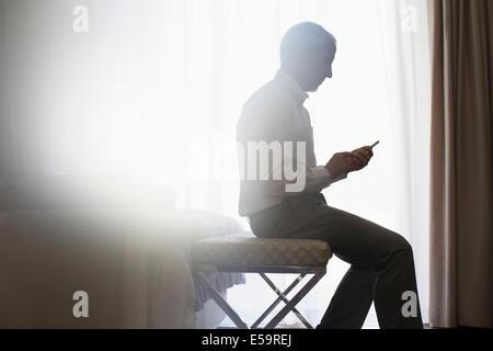 Silueta de hombre utilizando teléfono celular