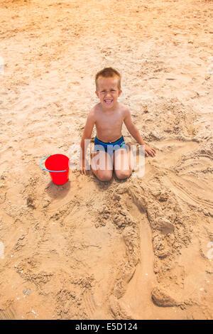 Pequeño muchacho en la playa