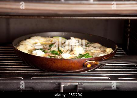 Calabacín y queso ricotta omelette cocinar en la barbacoa
