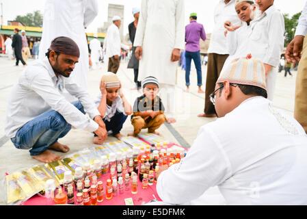 En Ahmedabad, India. El 29 de julio, 2014. Los musulmanes celebran el Eid al-Fitr, que marca el final del mes de Ramadán, el Eid al-Fitr es el fin de Ramazan y el primer día del mes de Shawwal de todos los musulmanes, en Jama Masjid, Ahmedabad, India. Crédito: Nisarg Lakhmani/Alamy Live News Foto de stock