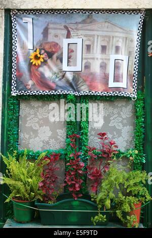 Francia, en la región de Ile de France, Paris 16e arrondissement, avenue du President Wilson, Musée d'Art Moderne, detalle escalier du Parvis et portes sculptees,Palais de Tokyo,parvis, matin,