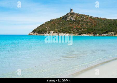 Playa de Porto Giunco con torre española en Villasimius, Cerdeña, Italia