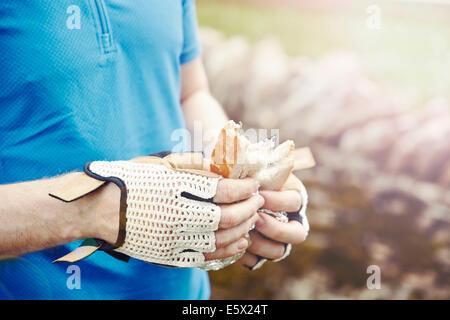 Celebración ciclista sándwich con manos enguantadas Foto de stock