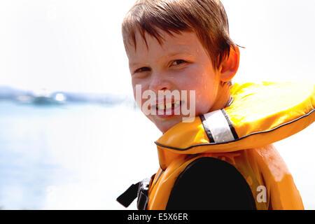 Cerrar retrato del niño sonriente en salvavidas