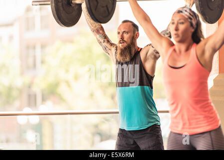 El hombre y la mujer, el levantamiento de pesas