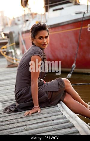 Retrato de mujer de pie en el embarcadero