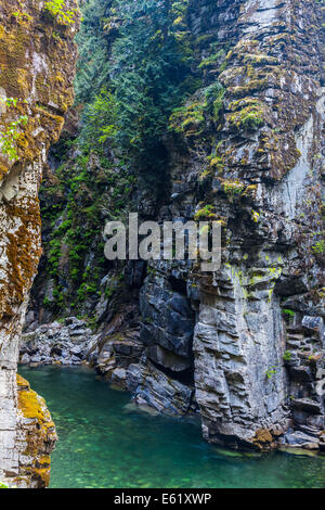 Una calma la sección del río coquihalla pasando a través de un estrecho cañón por el othello túneles ferroviarios, cerca de esperanza, British columb Foto de stock
