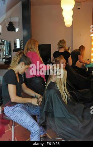 Personas, caras y salones de cabello a lo largo de las calles de Reykjavik en Islandia Foto de stock