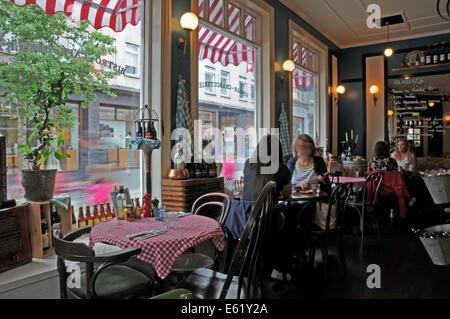 Personas, caras, restaurantes y salones de cabello a lo largo de las calles de Reykjavik en Islandia Foto de stock