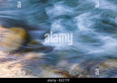 Imagen abstracta de flujo rápido del agua en el río coquihalla, cerca de esperanza, British Columbia, Canadá Foto de stock