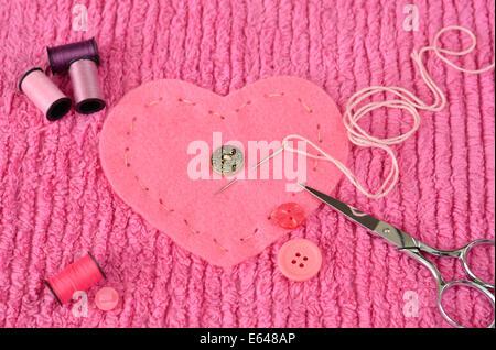 Corazón de rosa de tela y accesorios de costura