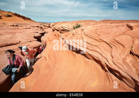 Turistas caminando desde el Cañón del Antelope inferior. Page, Arizona, EE.UU.