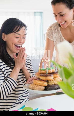 Las mujeres celebrando un cumpleaños juntos
