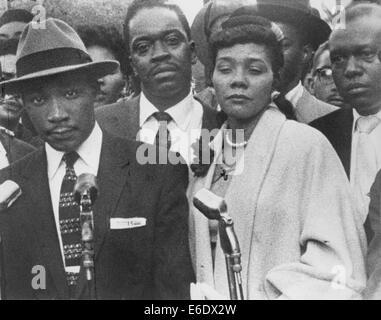 Martin Luther King, Jr. con su esposa, Coretta, durante el boicot de autobuses de Montgomery, Alabama, EE.UU., marzo de 1956