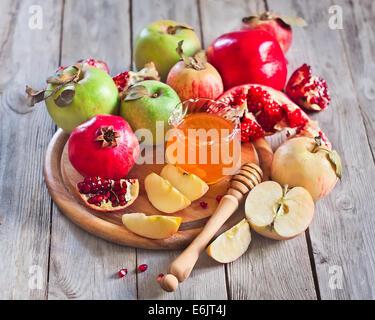 Granada, manzana y miel, comida tradicional de la celebración del Año Nuevo judío, Rosh Hashaná. El enfoque selectivo.