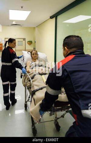 Paramédicos tomando el paciente al hospital casualty