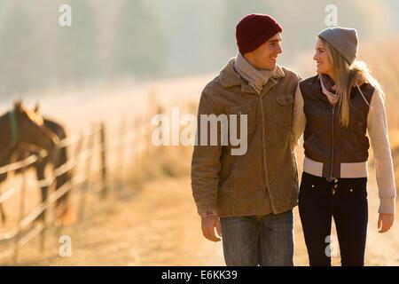 Adorable pareja joven caminando en campo