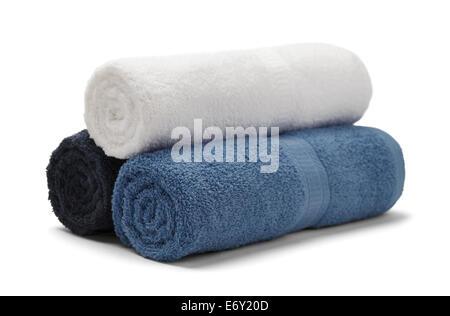 Tres toallas enrolladas apiladas aislado sobre fondo blanco.