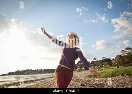Mujer madura, disfrutar de la playa