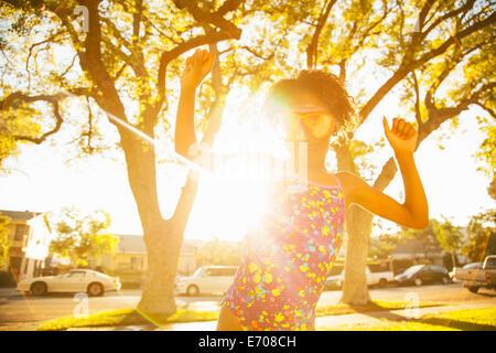 Chica bailando en gafas de buceo en el jardín Foto de stock