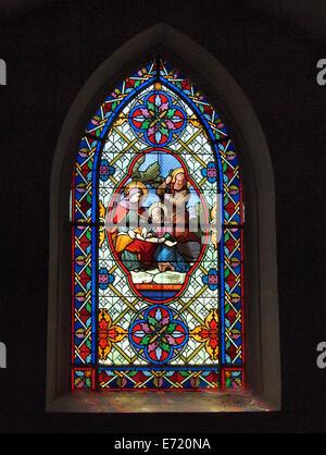 Vidriera representando a Santa Ana y San Joaquín en una iglesia de Chateau-Chalon, Jura, Francia