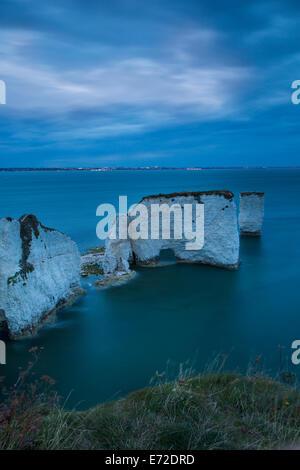 Twilight por los blancos acantilados y rocas en Harry Studland, Isla de Purbeck, la Costa Jurásica, en Dorset, Inglaterra Foto de stock