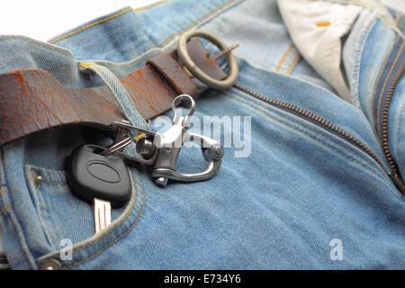 Coche llavero en el bolsillo de los pantalones vaqueros azules Foto de stock