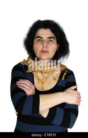 Mujer de mediana edad con apariencia de los semitas. Retrato aislado sobre fondo blanco. Foto de stock