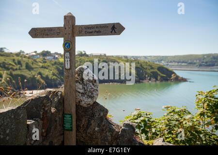 Cartel de madera que muestra las rutas de ciclismo en Pembrokeshire (Gales)